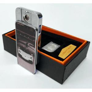 Egyedi fényképes USB öngyújtó ( USB-ről tölthető ) Van az ismeretségi körében, aki dohányzik? Nem tud semmi ajándékot kitalálni neki? Itt az alkalom, hogy dohányzó szeretteit, munkatársait, barátait, kedvesét meglepje ezzel az egyedi fényképes USB szélálló öngyújtóval! A technológiának köszönhetően a nyomtatott fotó nem tűnik el, az anyag felületén nem kitapintható a minta. Így hosszú távon egy maradandó emlék lehet szeretteinek. Természetesen nem csak dohányzó ember részére lehet tökéletes meglepetés, hiszen tűzre bármikor szükség lehet, gondoljunk csak a nyári grill partikra, főzésekre, ahol nagy szükség lehet egy megbízható gyújtó! Gyújtó USB-ről tölthető, teljesen elektronikusan működik, semmilyen gyúlékony anyag nem szükséges hozzá. A működéshez először az USB porton keresztül fel kell tölteni a készüléket. Ha feltöltötte, akkor a készülék használatra kész. Oldalt a gomb lenyomásával ugyanúgy felizzik, mint az autó szivargyújtója. Nem kell szélben a nyílt lánggal szórakoznia, az izzó rész akár viharban is működik. Kis mérete miatt zsebben is hordhatod. Igazi hight-tech eszköz dohányosoknak és túrázóknak, vagy nyaralóknak tűz csiholáshoz. Válassza ki kedvenc fényképét, és készítse el az egyedi fényképes USB öngyújtóját. Kattintson a Te Tervezd gombra és fényképét töltse fel. Szerkesztőprogramunk segítségével szerkessze meg egyszerűen és gyorsan, néhány kattintással! (Tervezőbe az USB öngyújtó elejére és hátuljára tud tervezni) (Ha nincs semmi elképzelése az se baj, írjon nekünk és mi segítünk megtervezni önnek) 1